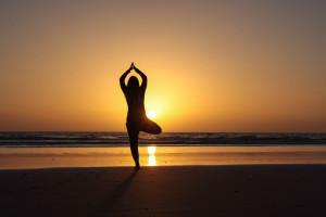Frau beim Surf Yoga