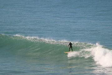 Einzelner Wellenreiter auf dem Meer